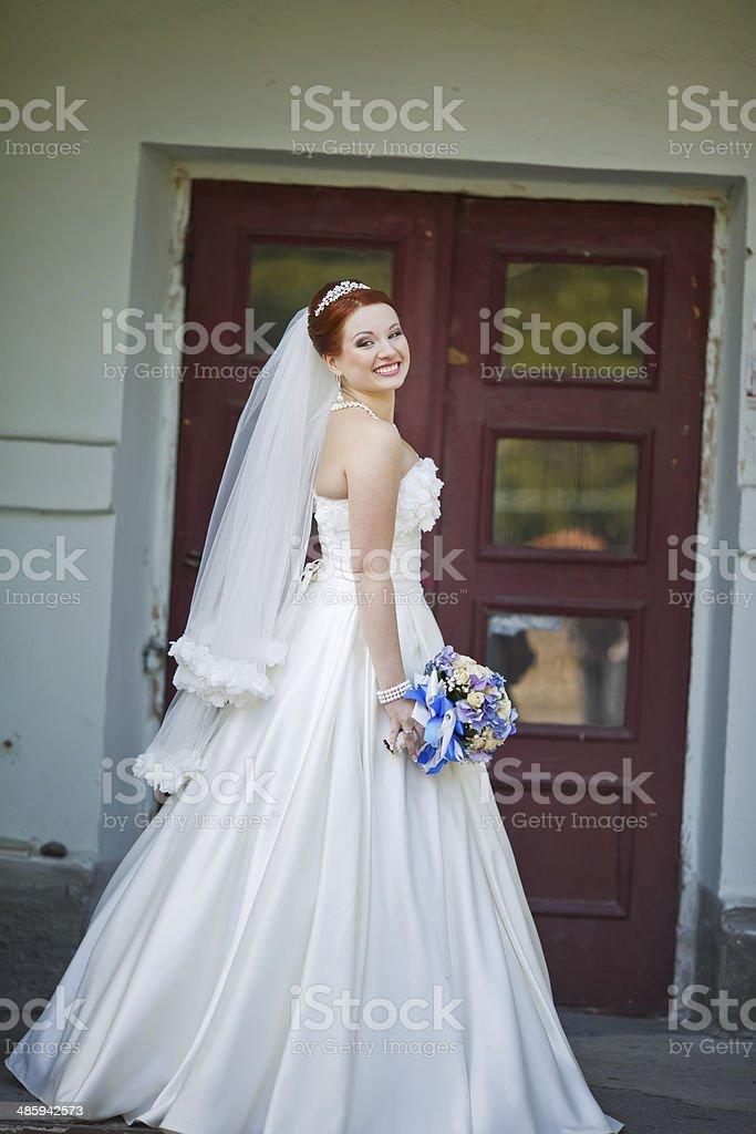 Schone Rote Haare Braut Mit Blumen Im Freien Europaische Hochzeit