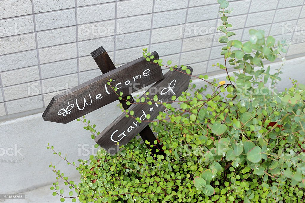 Lovely small garden with 'Welcome Garden' sign on pavement. photo libre de droits