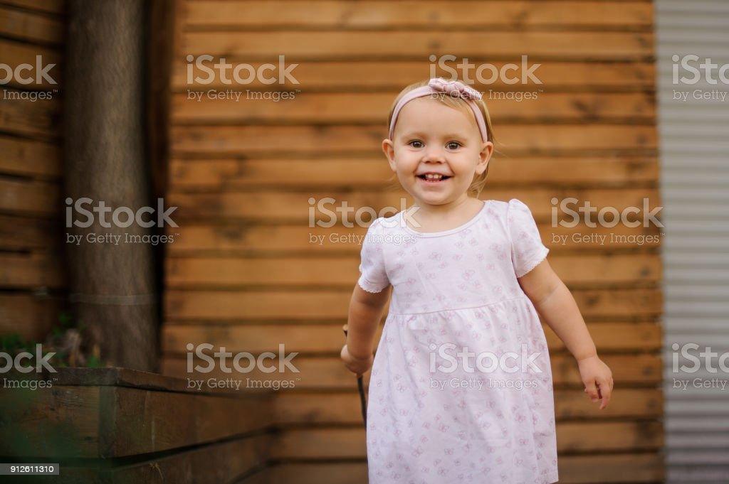28052cc84 Hermosa niña sonriente vestido con lindo vestido rosa foto de stock libre  de derechos