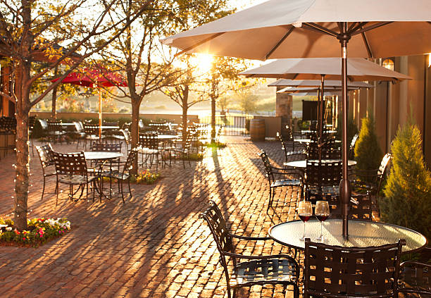 hübsche sommerterrasse ambiente im restaurant. - sonnenschirm terrasse stock-fotos und bilder