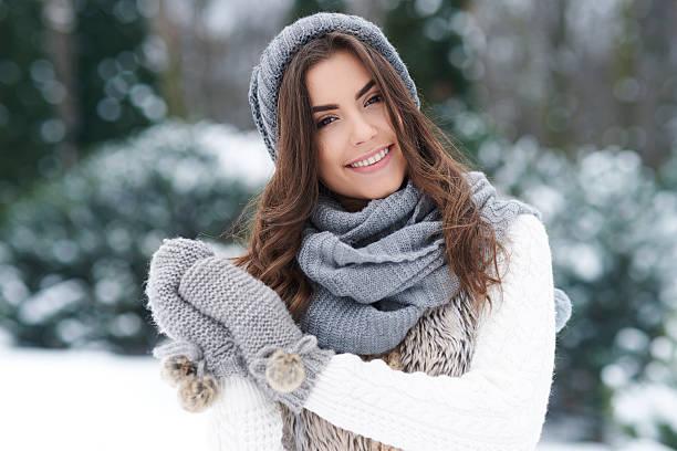 schöne frau, die im winter - mützenschal stock-fotos und bilder
