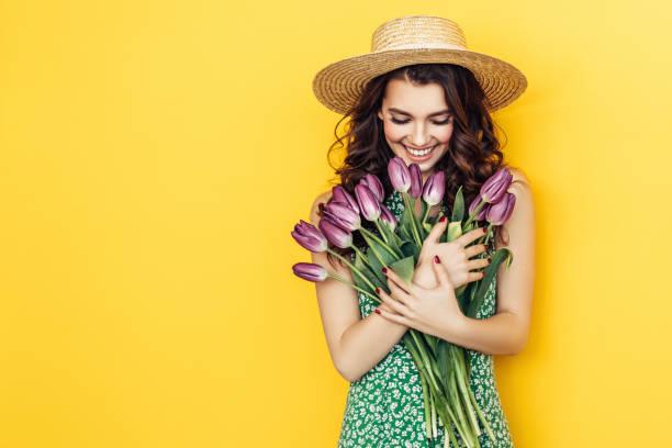 hermosa mujer con ramo de tulipanes morados - moda de verano fotografías e imágenes de stock