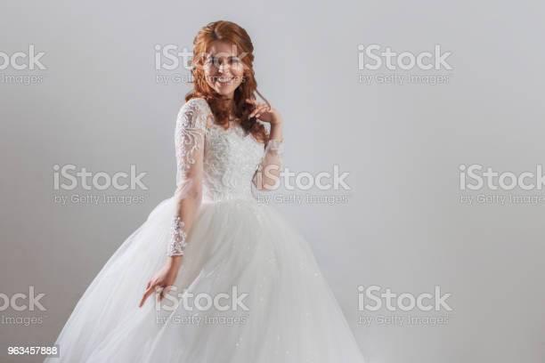 Urocza Młoda Panna Młoda Panna Młoda W Wystawnej Sukni Ślubnej Lekkie Tło - zdjęcia stockowe i więcej obrazów Ceremonia