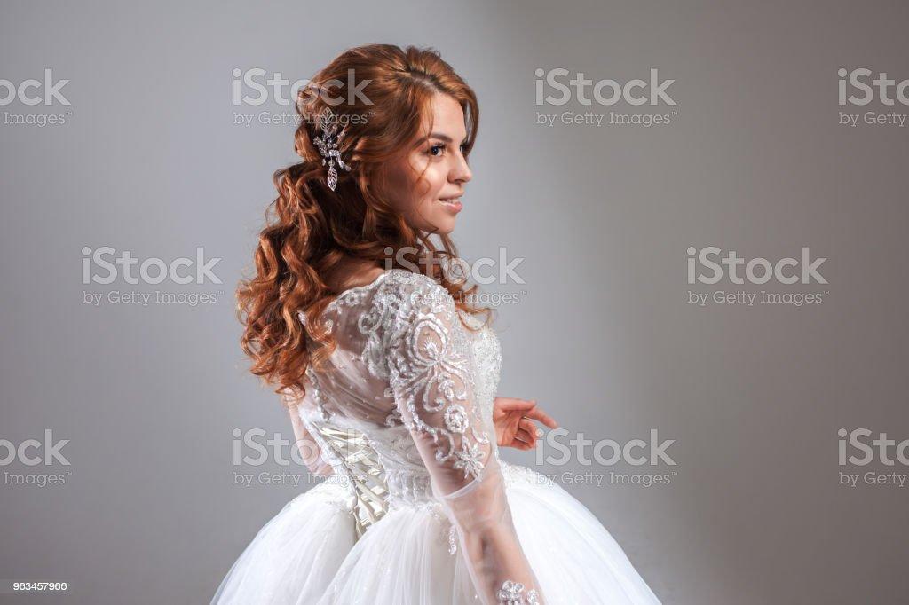 Novia hermosa mujer joven en vestido de Novia de lujo. Fondo claro. - Foto de stock de Adulto libre de derechos