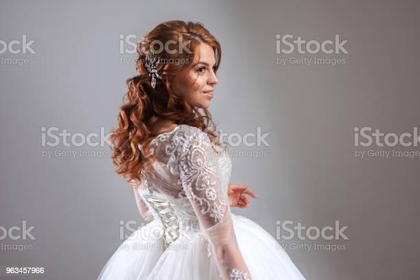 Novia Hermosa Mujer Joven En Vestido De Novia De Lujo Fondo Claro Foto de stock y más banco de imágenes de Adulto