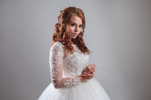 Lüks Gelinlik Güzel Bayanı Gelin Açık Renkli Stok Fotoğraflar & Bayan elbisesi'nin Daha Fazla Resimleri