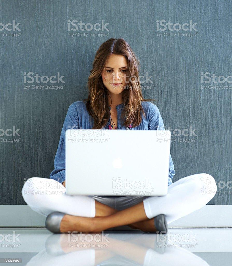 Jolie jeune femme travaillant sur ordinateur portable - Photo