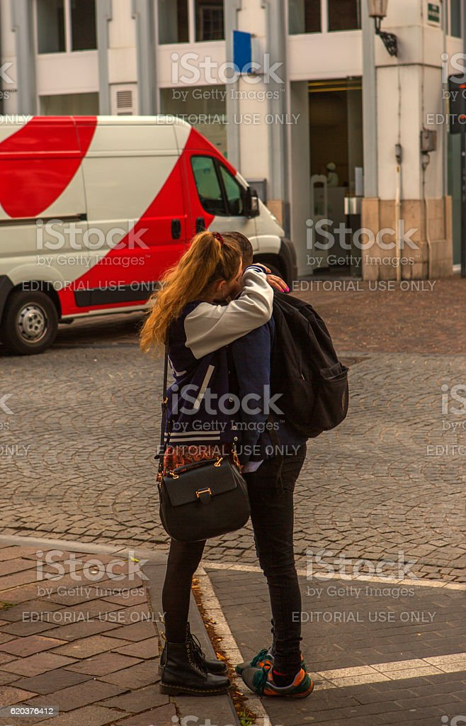 lovers kissing eachother at street of brugge belgium zbiór zdjęć royalty-free