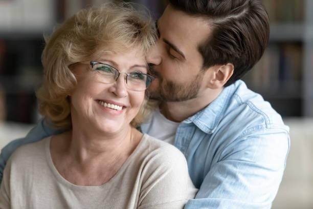 Liebender erwachsener Sohn umarmen glückliche senior Mutter zeigt Dankbarkeit – Foto