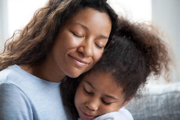 liebe schwarze mutter umarmen vorschule töchterchen - die wahrheit tut weh stock-fotos und bilder