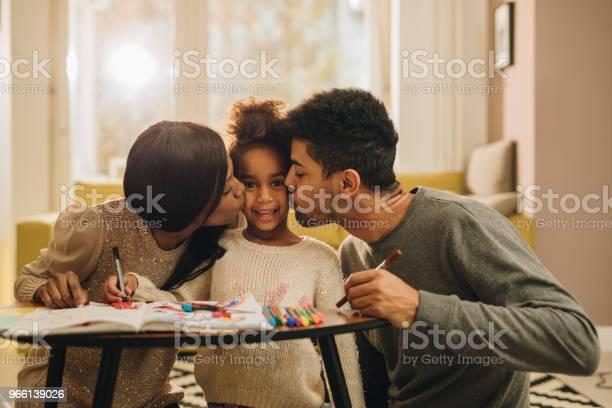 Kärleksfulla Svart Föräldrar Kysser Sin Dotter Under Kreativa Tid Hemma-foton och fler bilder på Afrikanskt ursprung