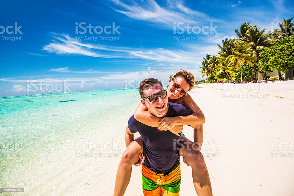 Foto de una pareja en la playa foto de stock libre de derechos
