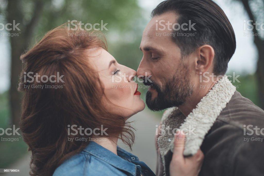 Liefdevolle paar binding met elkaar buiten - Royalty-free Aanhankelijk Stockfoto