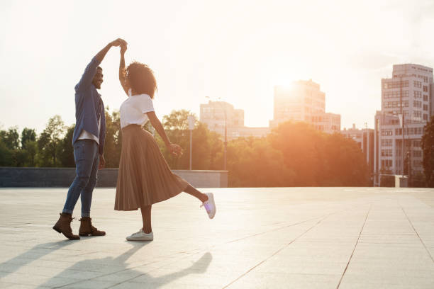 älskande par dansar i solnedgången på gatan - street dance bildbanksfoton och bilder