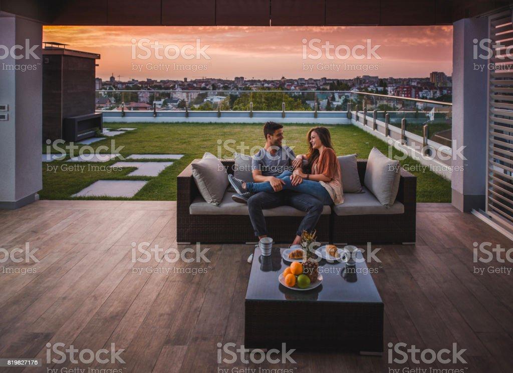 Liebende Paar im Gespräch Morgen auf dem Balkon genießen. - Lizenzfrei Balkon Stock-Foto