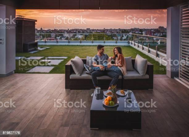 Liebende Paar Im Gespräch Morgen Auf Dem Balkon Genießen Stockfoto und mehr Bilder von Balkon