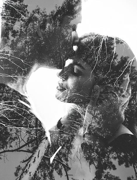 Loving couple image avec branches d'arbres en effet photgraphic - Photo