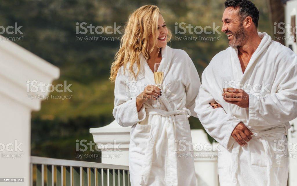 Couple d'amoureux en peignoir à la villa de luxe - Photo de Adulte libre de droits