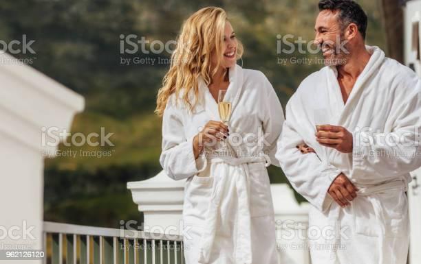 Photo libre de droit de Couple Damoureux En Peignoir À La Villa De Luxe banque d'images et plus d'images libres de droit de Adulte