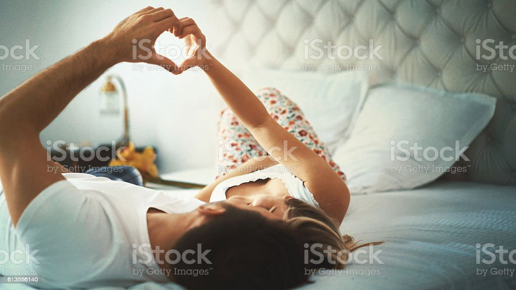 Foto de una pareja en la cama. - foto de stock