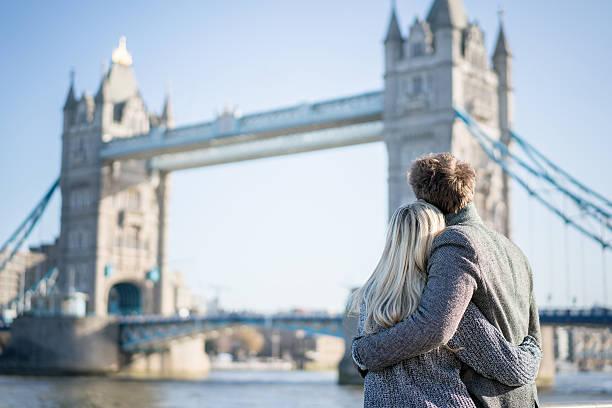 loving couple in london - englandreise stock-fotos und bilder