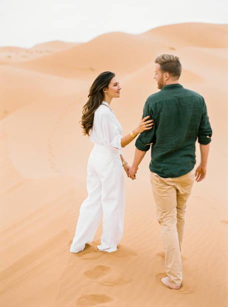 liebespaar in der sahara. - hochzeitsreise dubai stock-fotos und bilder