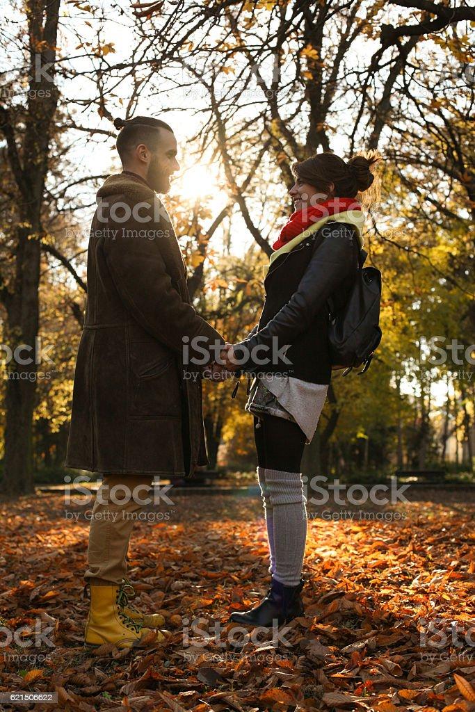 couple amoureux dans le parc. photo libre de droits