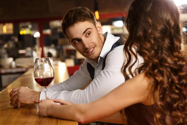 liefdevolle paar op een datum aan de bar - verleiding stockfoto's en -beelden