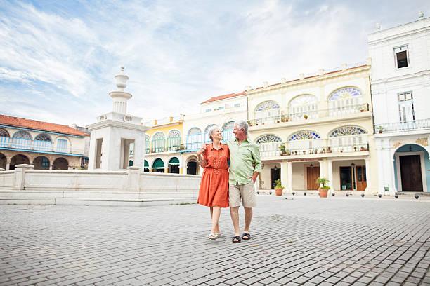 liebespaar auf dem town square - urlaub in kuba stock-fotos und bilder