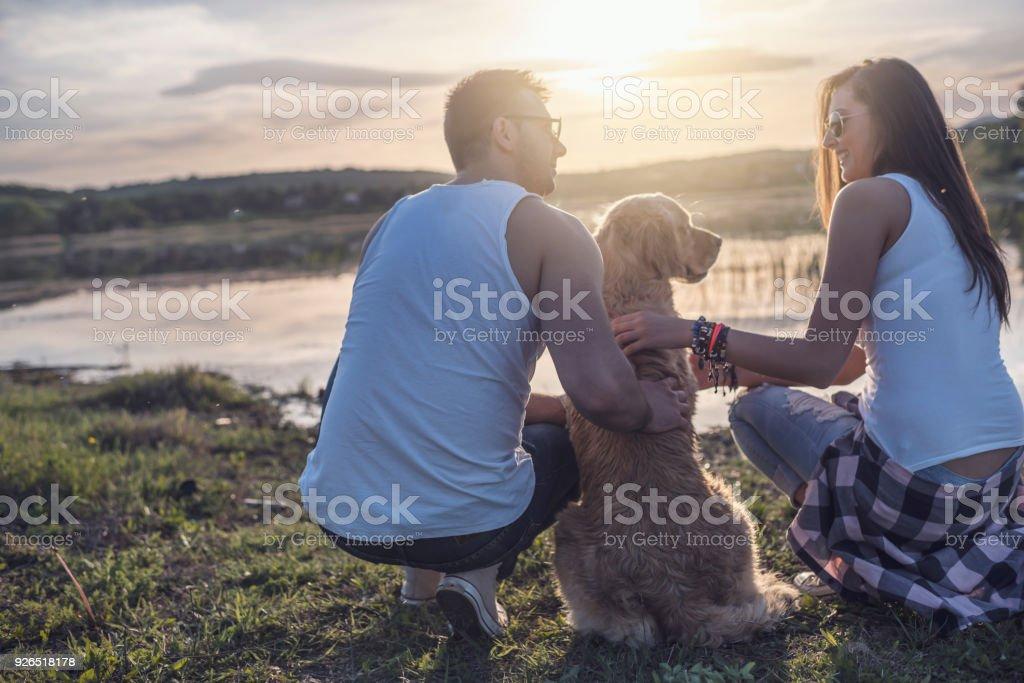 Liebespaar mit Hund – Foto
