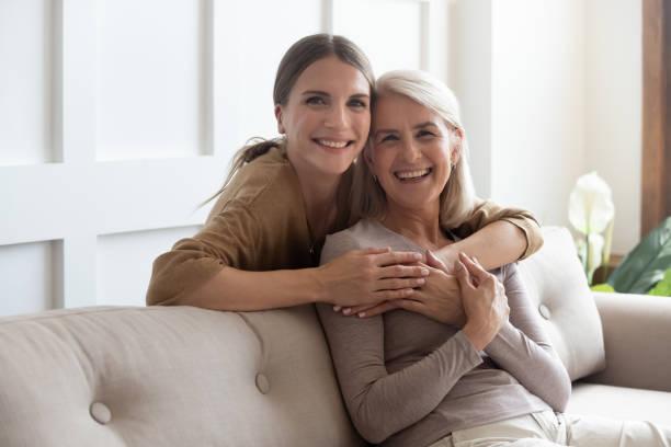 Liebende Tochter umarmen Mutter Menschen posiert Blick auf die Kamera – Foto