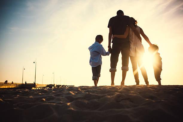 aimer famille à venice beach - silhouette contre jour photos et images de collection