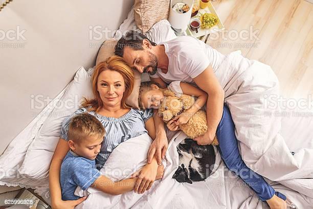 Loving family sleeping together picture id625996928?b=1&k=6&m=625996928&s=612x612&h=ei5cbxglivq125eydlhipv3fq15mw21kaxal2yhpuyg=