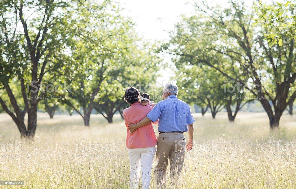 Amoroso familia caminando - foto de stock