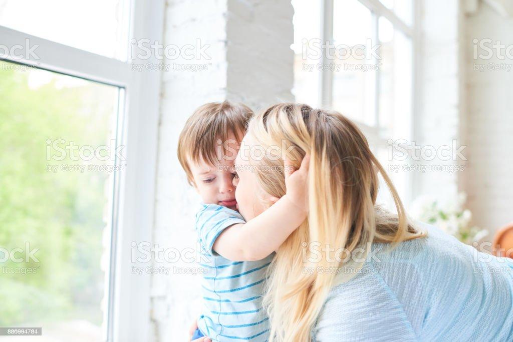 Liebevolle Mutter Sohn küssen – Foto