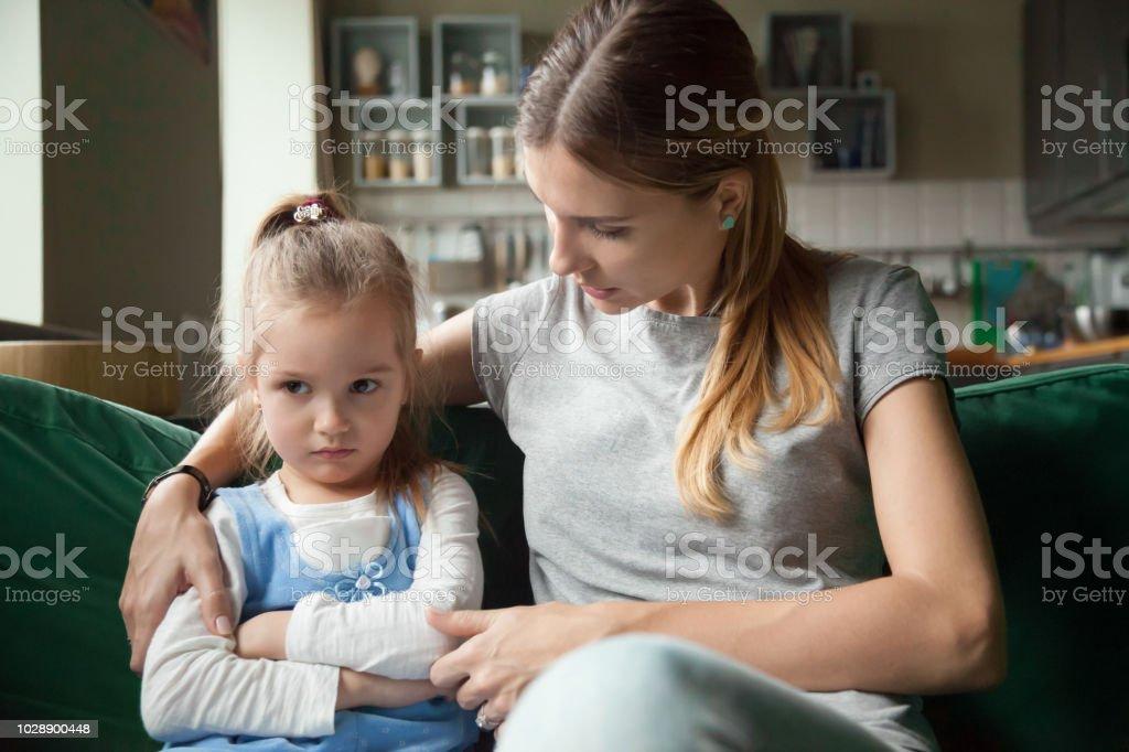 Liebevolle Mutter tröstet beleidigt verärgert störrische Kind Tochter sprechen zu vermeiden - Lizenzfrei Bestürzt Stock-Foto