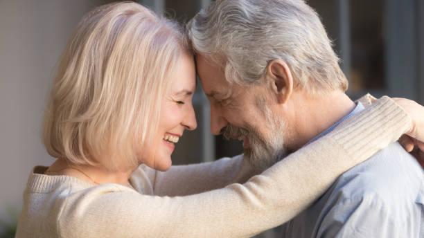 liebende alte familie paar bindung umarmung genießen moment der zuneigung - sexy granny stock-fotos und bilder
