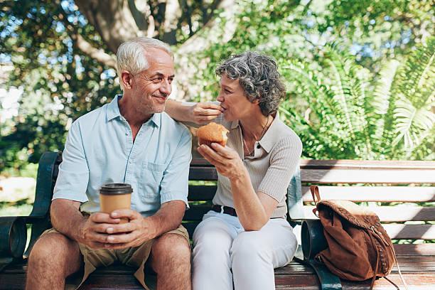 Loving couple âgé assis sur un banc - Photo