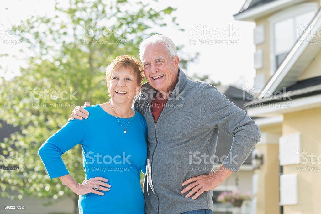 Sênior casal romântico em pé do lado de fora de casa foto royalty-free