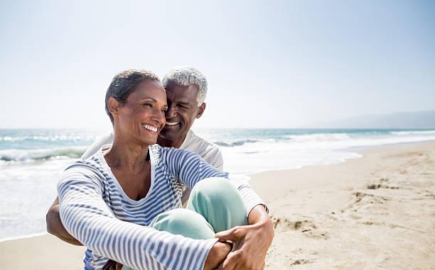 liebevoll altes am strand - schwarze romantik stock-fotos und bilder
