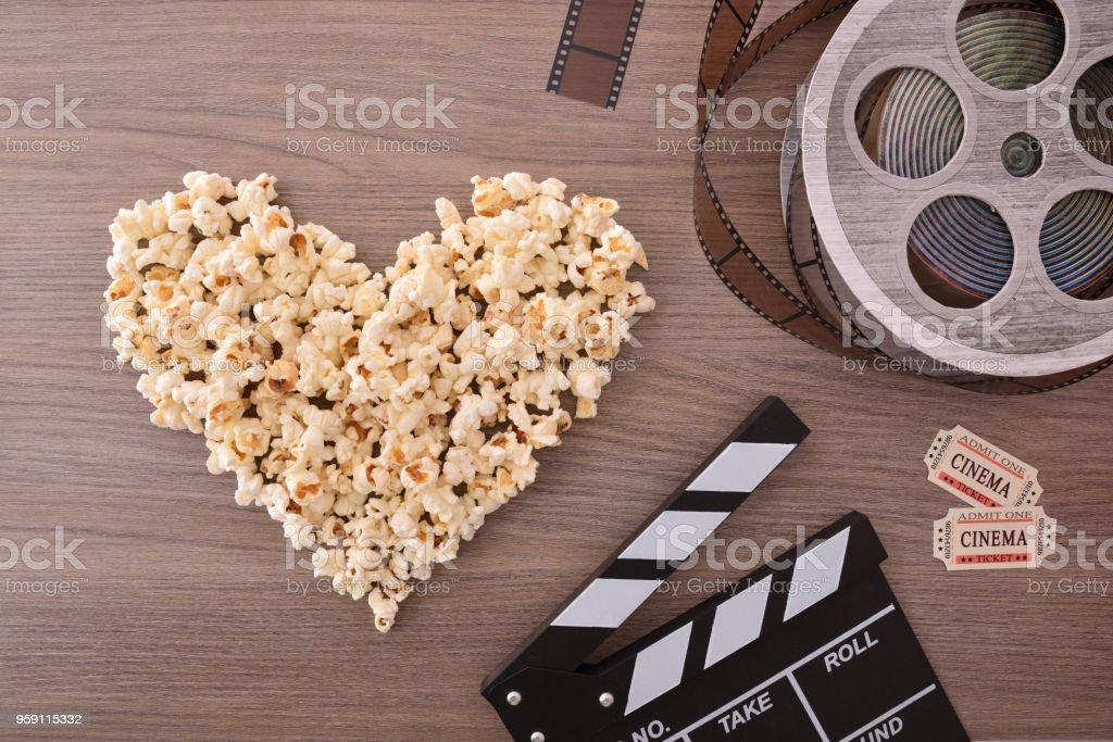 Amar el cine con elementos de corazón y cine de palomitas de maíz - foto de stock