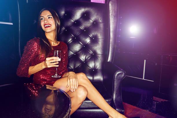 die atmosphäre dieses ortes zu lieben - club sofa stock-fotos und bilder