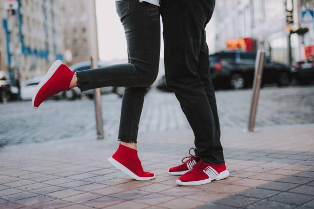 liefdevolle jong koppel genieten van datum op straat - zwarte spijkerbroek stockfoto's en -beelden