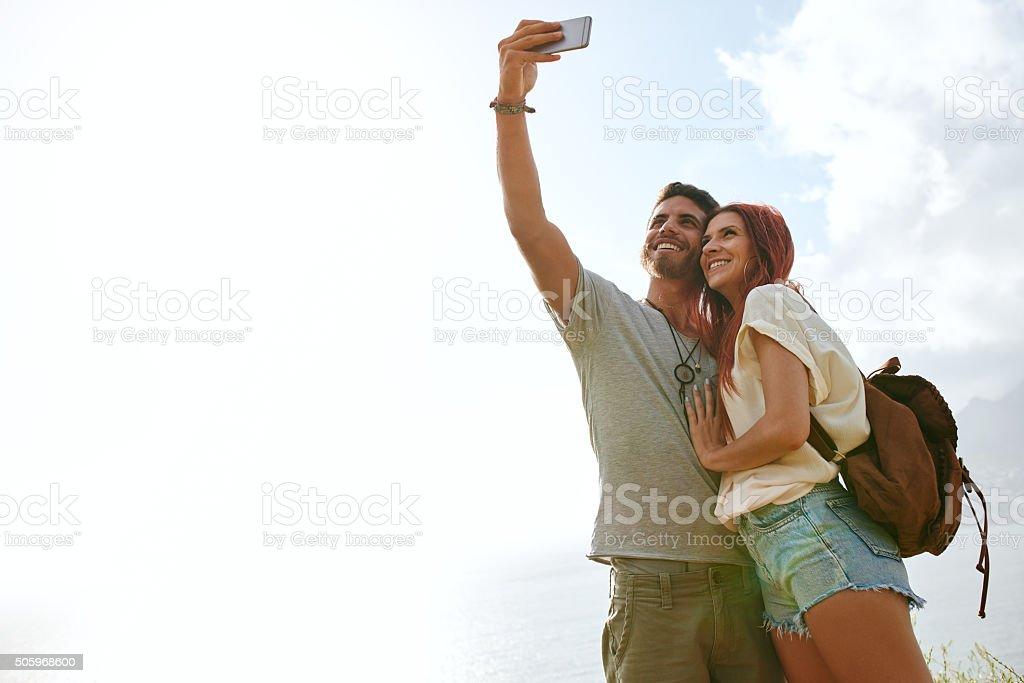 Adorável jovem casal em férias de verão em uma selfie - foto de acervo