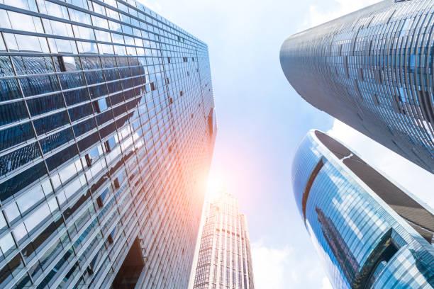 Ángulo de visión mirando edificios del distrito de negocios de baja - foto de stock