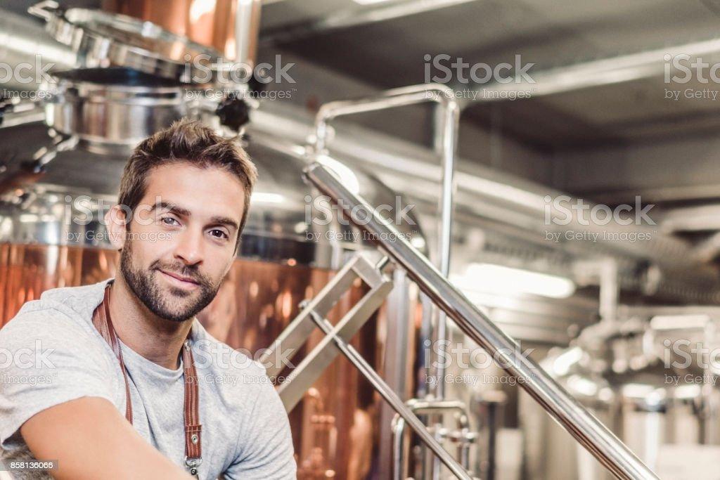 Niedrigen Winkel Porträt des männlichen Owner bei Kleinbrauerei – Foto