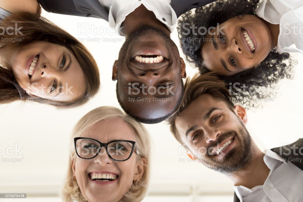 Niedrigen Winkel Schuss aufgeregt arbeiten Mitarbeiter im Kreis stehend – Foto