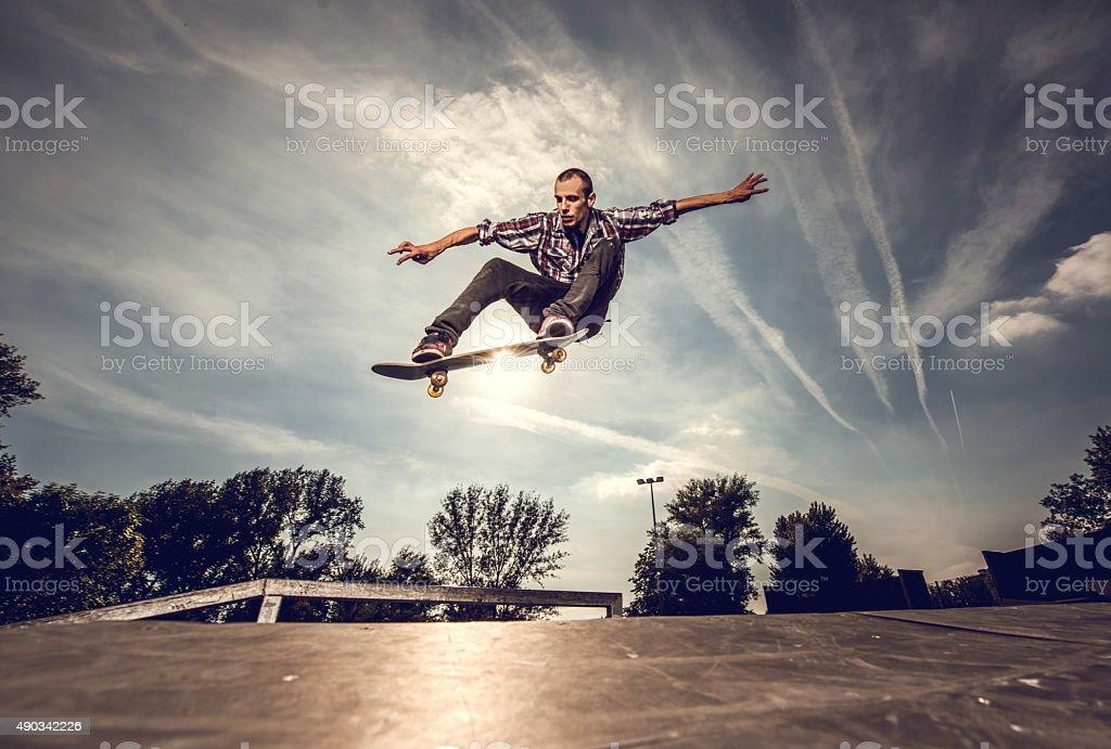 Vista de Ângulo baixo de um jovem rapaz skate ao ar livre. - foto de acervo