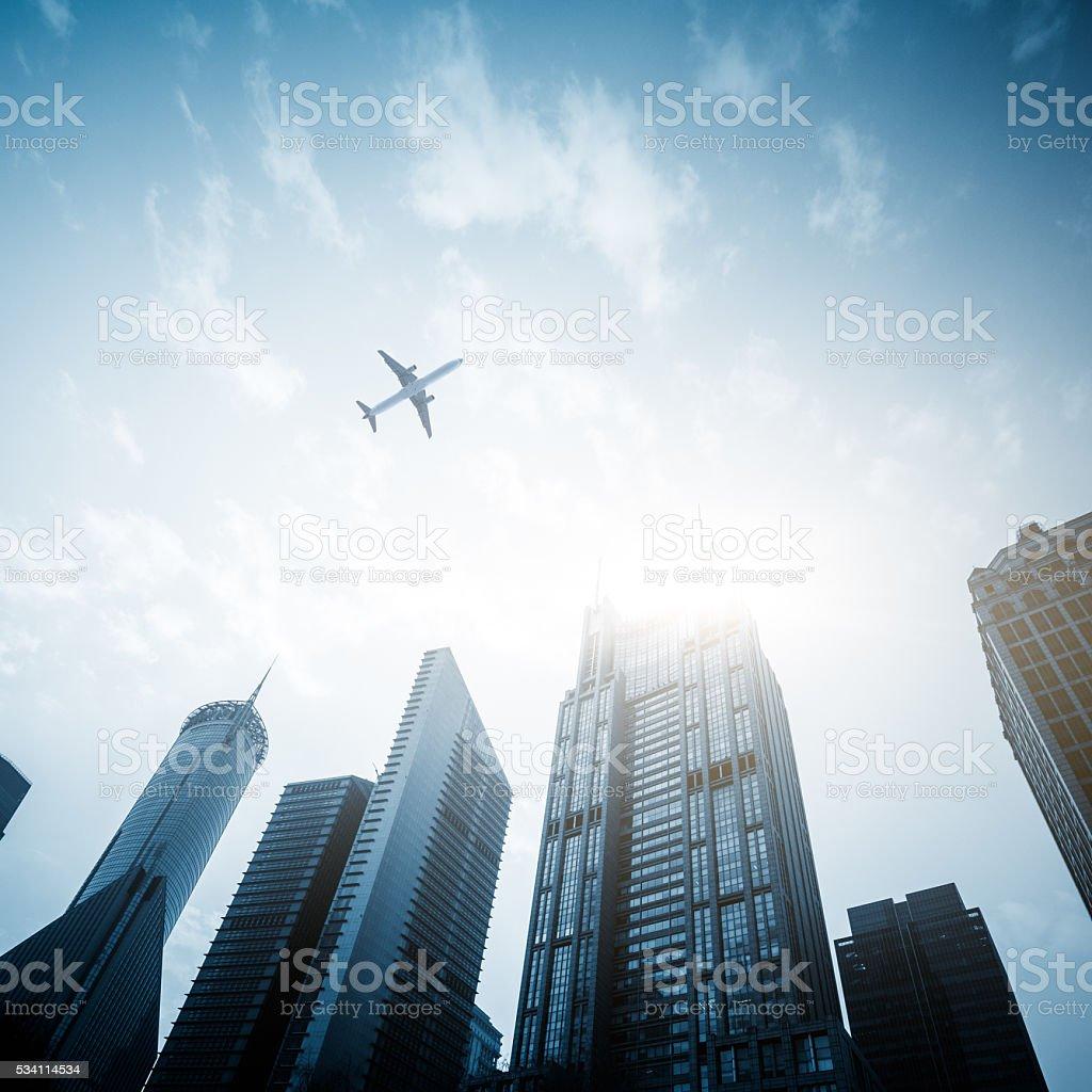 Niedrige Winkelansicht der Passagierflugzeug fliegen über Wolkenkratzer – Foto