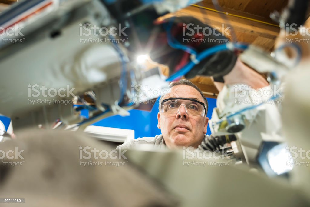 Einem niedrigen Winkel Blick auf ein Gerät Mechaniker-Komponenten in der Waschmaschine werden überprüft – Foto